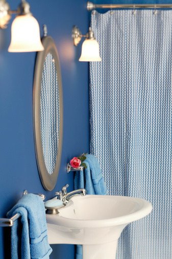 How to Adjust an Expandable Shower Rod
