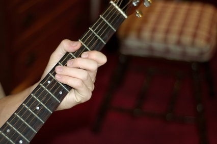 playing guitar with short fingers