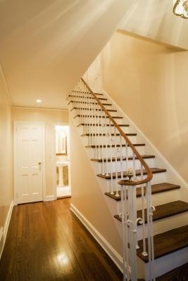 Tips for displaying photos on a staircase wall ehow for Chimenea bajo escalera