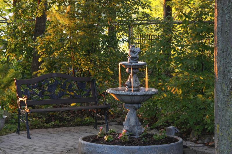 Ideas for homemade water fountains ehow for Build your own fountain outdoor