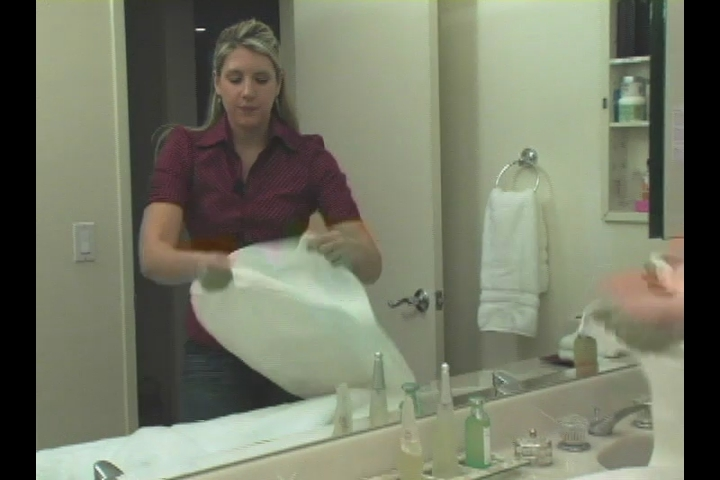 Video: How To Fold Bath U0026 Hand Towels In Your Bathroom | EHow