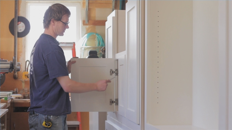 Video: How To Adjust Self Closing Kitchen Cabinet Hinges | EHow